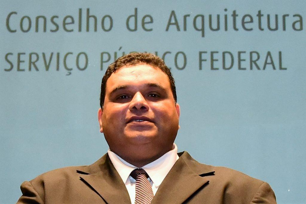 Descrição: http://www.cauma.gov.br/wp-content/uploads/2016/05/foto-marcelo-1024x683.jpg